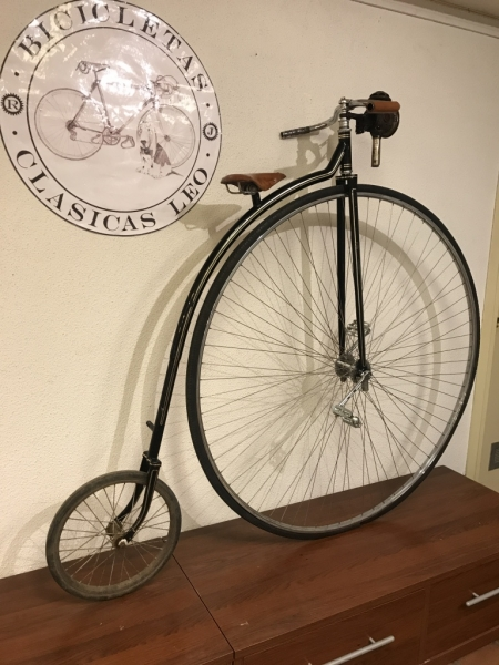 Penny_farthing_velocipedo_bicicleta_antigua_rueda_grande_seguridad_circo_coleccion_cuero_restaurada_clasica_alquiler_Bicicletas_Clasicas_Leo_003