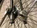 Penny_farthing_velocipedo_bicicleta_antigua_rueda_grande_seguridad_circo_coleccion_cuero_restaurada_clasica_alquiler_Bicicletas_Clasicas_Leo_005