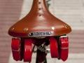 Detalle cintas sillin brooks cuero color miel