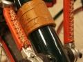Detalle palancas de cambio en cuero Bicicleta carretera antigua cuero clasica restaurada Leopolda