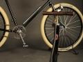Path Racer nº 001 Bicicleta Clásicas Leo detalle bomba inflado de pie
